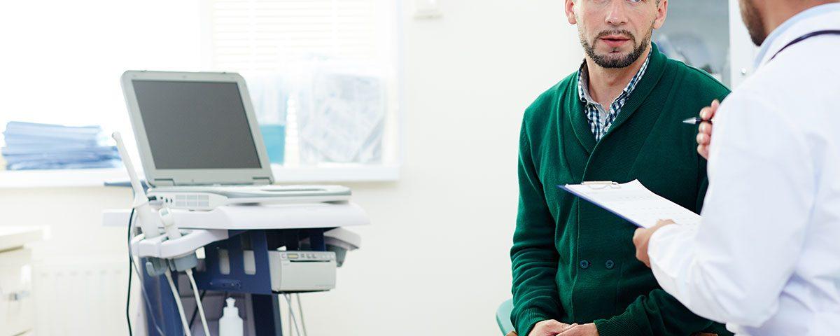 paciente escucha atentamente al profesional médico